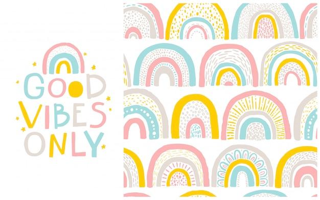 Modello arcobaleno e frase scritta ad esso. solo buone vibrazioni. fumetto disegnato a mano in stile scandinavo in una tavolozza pastello. ideale per abiti per bambini, tessuti, imballaggi Vettore Premium