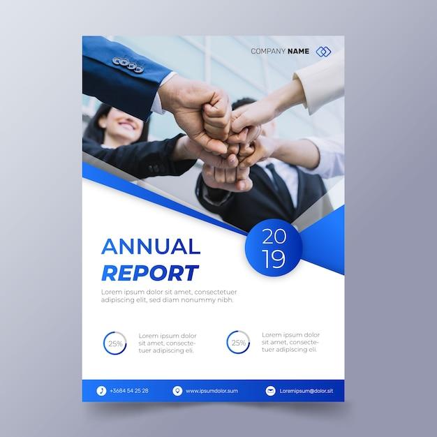 Modello astratto del rapporto annuale con la foto dei lavoratori che uniscono i pugni Vettore gratuito