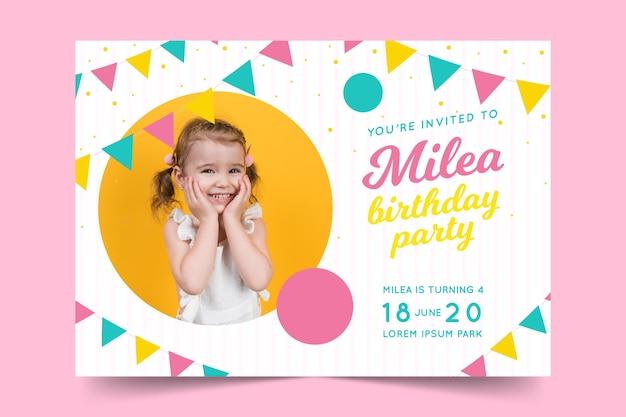 Modello del biglietto di auguri per il compleanno per il concetto dei bambini Vettore gratuito