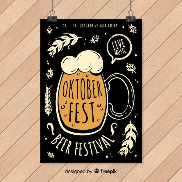 Modello del manifesto più oktoberfest disegnato a mano Vettore gratuito