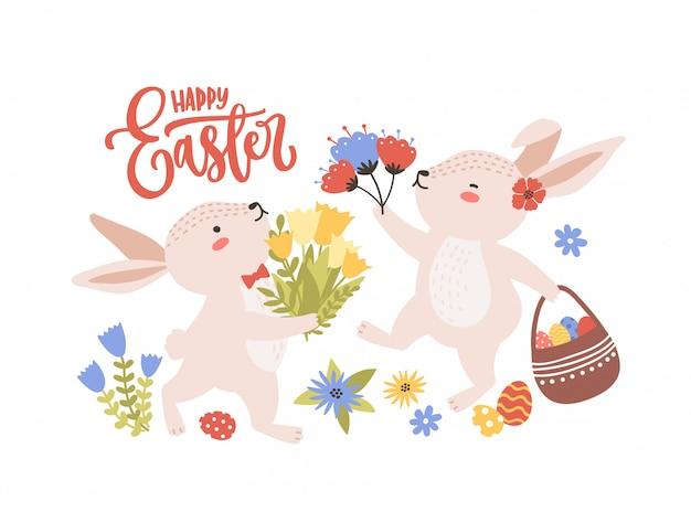 Modello di biglietto di auguri di pasqua con coppia di coniglietti o conigli divertenti svegli che raccolgono i fiori e le uova della molla e iscrizione di festa scritta a mano con il carattere corsivo. illustrazione piatta dei cartoni animati. Vettore Premium