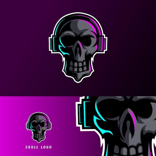 Modello di logo esport teschio nero auricolare mascotte Vettore Premium