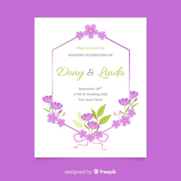 Modello floreale viola dell'invito di nozze nella progettazione piana Vettore gratuito
