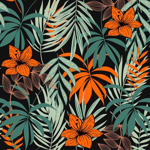 Modello senza cuciture astratto con le foglie e le piante tropicali variopinte su verde Vettore Premium
