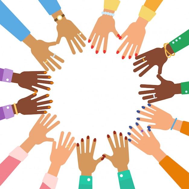 Molte mani di donne diverse con accessori in cerchio. amicizia multiculturale e concetto di unità. girl power flat illustrazione vettoriale. Vettore Premium