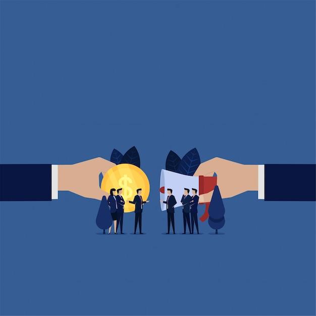 Negoziazione del team aziendale per il rinvio vendere pubblicità ottenere denaro. Vettore Premium