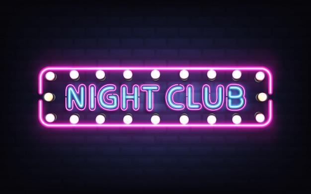 Night club, disco bar o pub incandescente luce al neon luminosa, retro insegna sul muro di mattoni 3d vettoriale realistico con lettere blu, lampade a bulbo bianco e viola, illuminazione fluorescente rosa Vettore gratuito