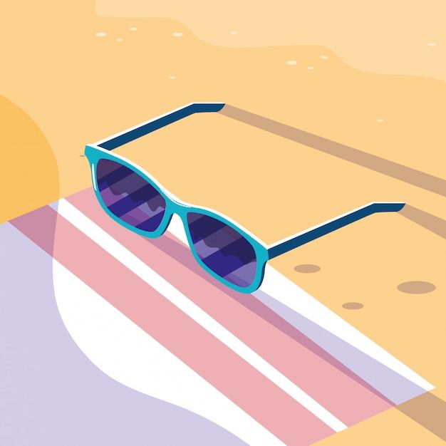Occhiali sopra l'asciugamano in spiaggia Vettore Premium