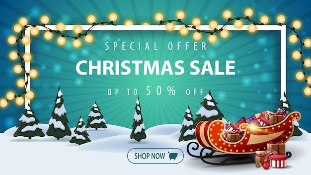 Offerta speciale, saldi natalizi, fino al 50% di sconto, bellissimo banner sconto con paesaggio invernale cartoon con pini e slitta di babbo natale con regali Vettore Premium