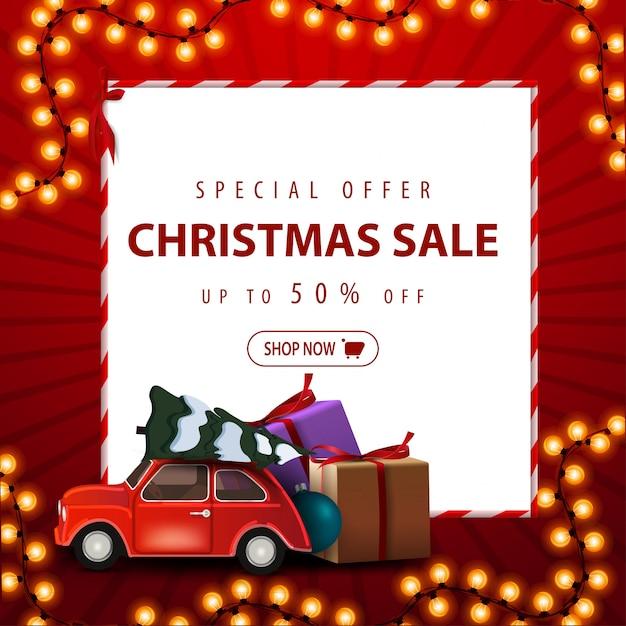 Offerta speciale, saldi natalizi, fino al 50% di sconto. insegna di sconto del quadrato rosso con la ghirlanda di natale, lo strato del libro bianco e l'albero di natale di trasporto dell'automobile Vettore Premium