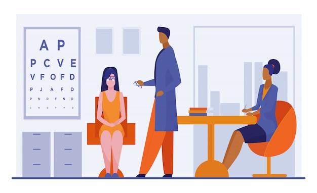Oftalmologo e infermiere che controllano vista della donna Vettore gratuito