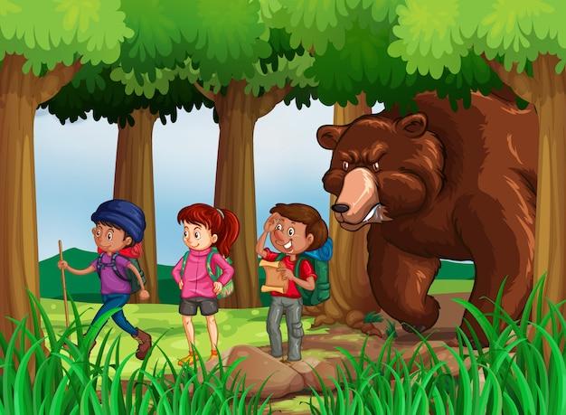 Orso a caccia di escursionisti nella foresta Vettore gratuito