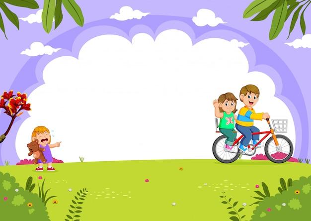 Padre e madre in bicicletta con la figlia che piange nel parco della città Vettore Premium