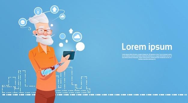Pantaloni a vita bassa dell'uomo senior facendo uso dello smart phone delle cellule che chiacchiera online Vettore Premium