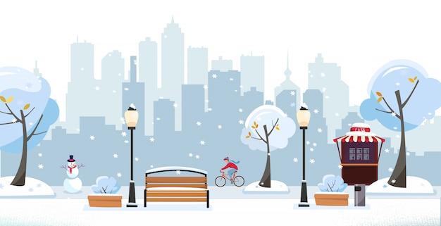 Parco invernale innevato. parco pubblico della città con street cafe contro i grattacieli silhouette. paesaggio con ciclista, alberi in fiore, lanterne, panche di legno. illustrazione di vettore del fumetto piatto Vettore Premium
