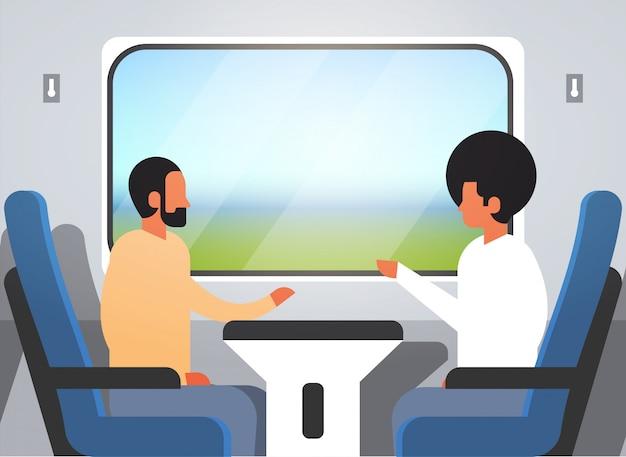 Passeggeri che viaggiano in treno espresso moderno Vettore Premium