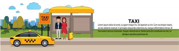 Passeggeri in attesa di taxi auto sulla stazione di taxi città servizio di trasporto modello di banner orizzontale Vettore Premium