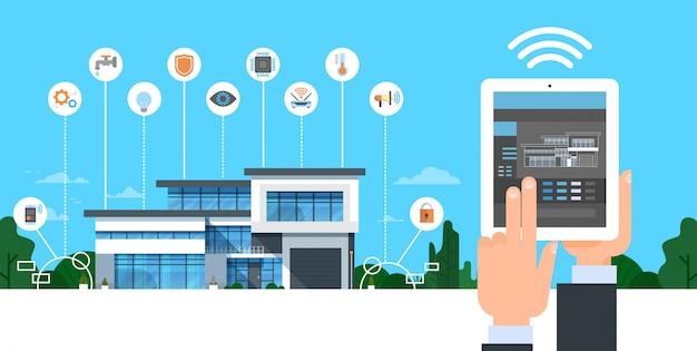 Passi la tenuta della compressa di digital con il concetto di automazione della casa moderna dell'interfaccia astuta di controllo di sistema domestico Vettore Premium