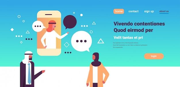 Personaggi indiani che prendono con le bolle di chat, banner per applicazioni mobili Vettore Premium