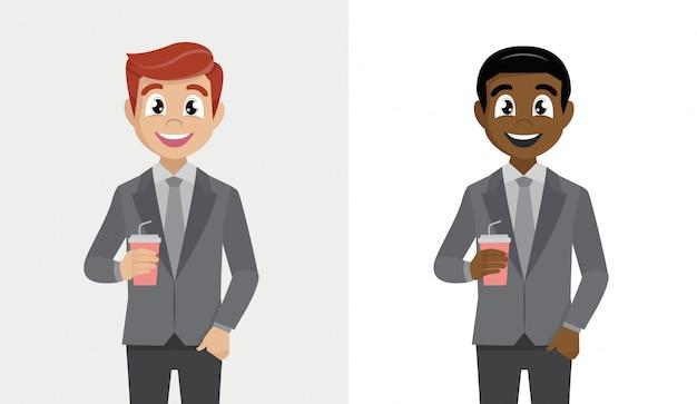 Personaggio dei cartoni animati dell'uomo di affari che tiene una tazza di caffè di carta. Vettore Premium