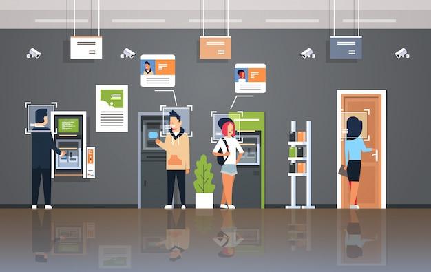 Persone che ritirano denaro atm bancomat identificazione sorveglianza cctv riconoscimento facciale banca moderna sistema di telecamere di sicurezza interno ufficio Vettore Premium