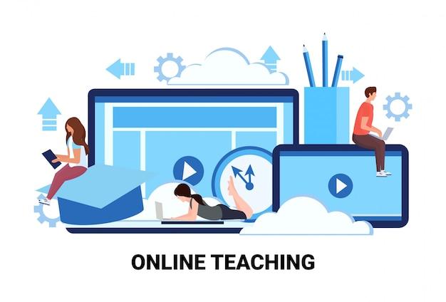 Persone che studiano corsi di formazione per applicazioni informatiche istruzione attività di insegnamento online Vettore Premium