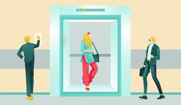 Persone che utilizzano ascensore in hotel o centro business Vettore Premium