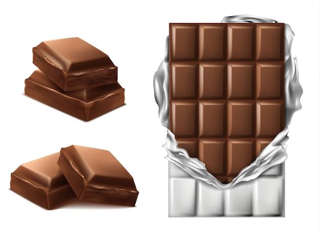 Pezzi di cioccolato realistico 3d. barra marrone deliziosa in confezione di carta strappata e fetta di cioccolato Vettore gratuito