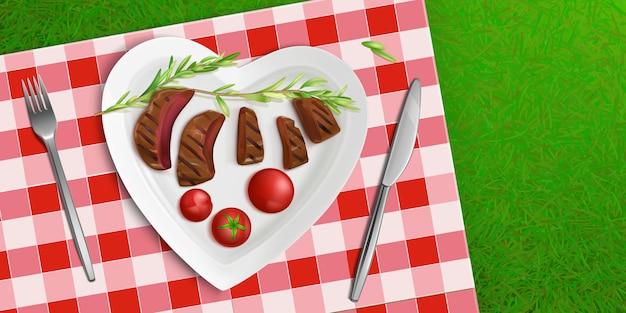 Piastra vista dall'alto a forma di cuore con carne fritta Vettore gratuito