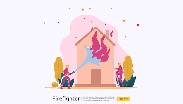 Pompiere in uniforme con acqua nebulizzata dal tubo flessibile per la casa in fiamme antincendio Vettore Premium