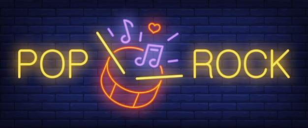 Pop, testo rock al neon con batteria, bacchette e note musicali Vettore gratuito