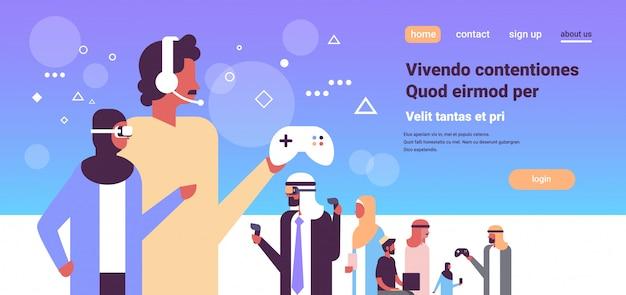 Popolo arabo in occhiali vr giocando controller gamepad banner Vettore Premium