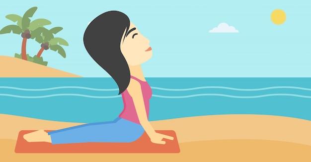 Posa di pratica del cane di yoga di yoga della donna sulla spiaggia. Vettore Premium