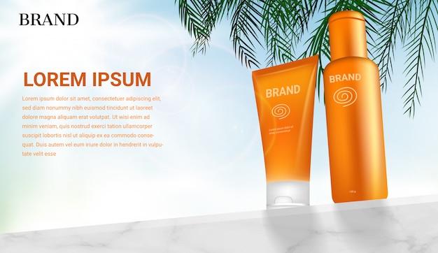 Prodotti cosmetici di sunblock sulla parete di marmo con le foglie della noce di cocco sul fondo leggero brillante del cielo Vettore Premium