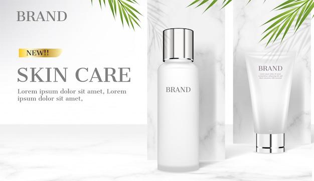 Prodotti per la cura della pelle su fondo di marmo con foglie di cocco verde Vettore Premium