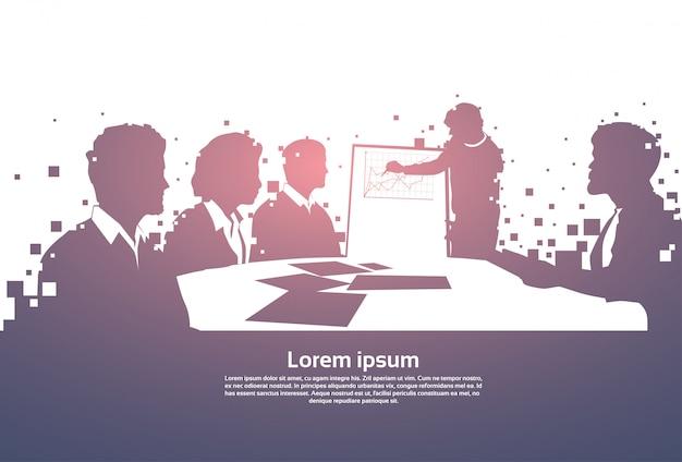 Profili la gente di affari team with flip chart seminar training conference brainstorming presentati Vettore Premium