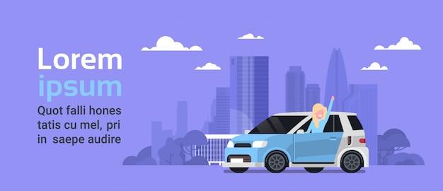 Proprietario felice della donna di nuovo veicolo ibrido sopra il fondo della città della siluetta con lo spazio della copia Vettore Premium