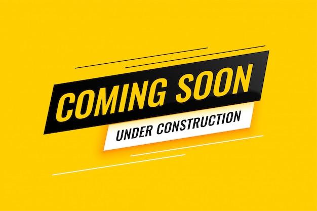 Prossimamente in costruzione design sfondo giallo Vettore gratuito