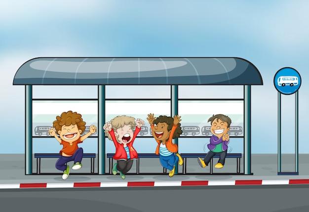 Quattro bambini felici al capannone in attesa Vettore gratuito