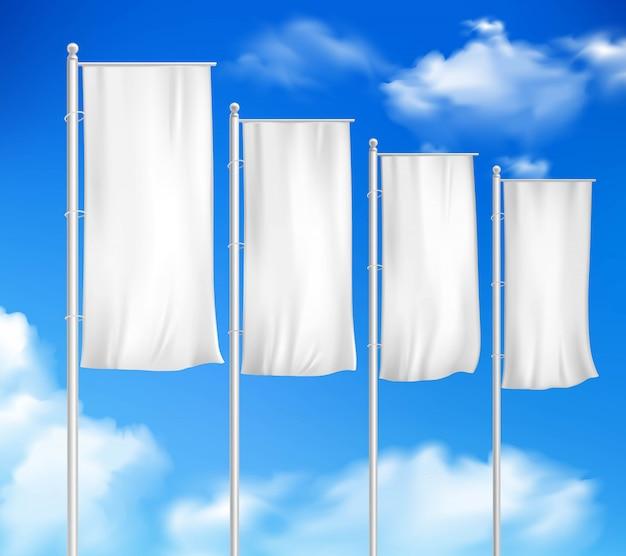 Quattro bandiere bianche del palo in bianco hanno messo il modello per la pubblicità all'aperto di evento di vendita della decorazione Vettore gratuito