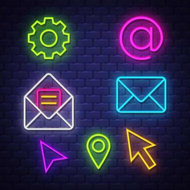 Raccolta di segni al neon di comunicazione internet Vettore Premium