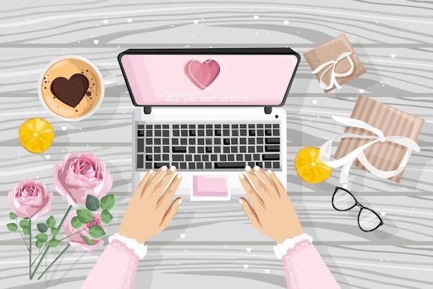 Ragazza che per mezzo del computer portatile con il sito romantico dei regali Vettore gratuito