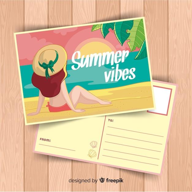 Ragazza disegnata a mano guardando cartolina estate tramonto Vettore gratuito