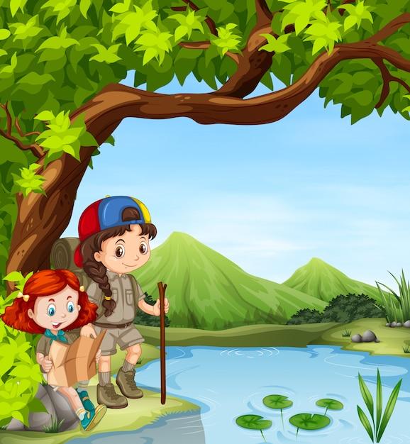 Ragazze che fanno un'escursione lungo il fiume Vettore gratuito