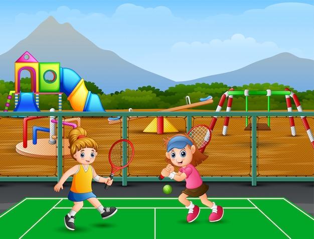 Ragazze felici giocando a tennis in tribunale Vettore Premium
