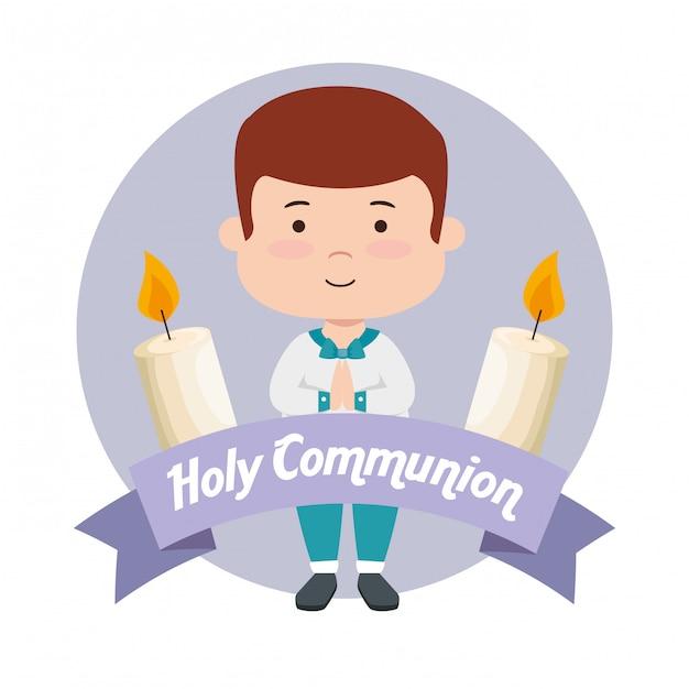 Ragazzo con candele e nastro alla prima comunione Vettore gratuito