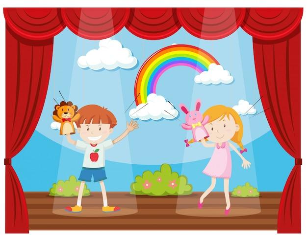Ragazzo e ragazza che fanno spettacolo di burattini sul palco Vettore gratuito