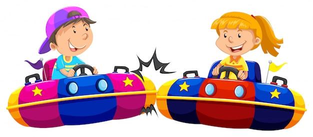 Ragazzo e ragazza che giocano le auto d'urto Vettore gratuito