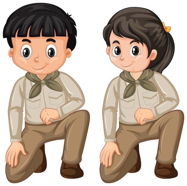 Ragazzo e ragazza in uniforme dell'esploratore su bianco Vettore Premium