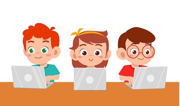 Ragazzo e ragazza svegli felici dei bambini che per mezzo del computer portatile Vettore Premium